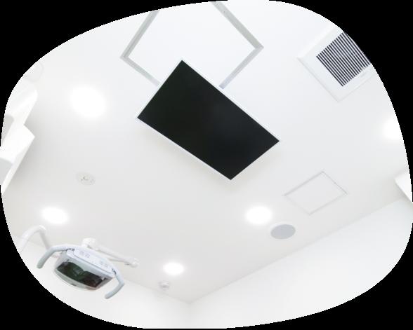 天井にはテレビを設置